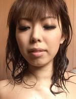 極上スレンダーガール浅見友紀ちゃんがTバックを食い込ませて登場。シャワー責め&指マン責めで、一気に潮吹き!