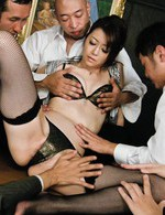 会議中、服を脱ぎ出し始めたセクシー熟女北条麻妃さん。会議テーブルの上で強制潮吹きさせられ、怒涛の輪姦会議が始まりました!