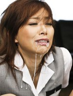 拉致された美人OL宮澤ケイトちゃん。強制フェラからイラマチオで喉奥までチンポをぶち込まれます。そのまま連続口内射精!