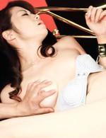 拉致された北条麻妃さん、パンティを剥ぎ取られ、おマンコを押し広げられて、ローター&バイブ責めに喘ぎまくり。