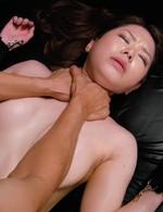 美白美形AV嬢三村ちなちゃんが、ボンテージ姿でSM嬢にチャレンジ。ハードな強制イラマ、首絞めファック。フィニッシュは中出し!