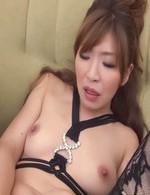 黒のプレイスーツにガーターストッキング姿で登場の好色妻倖田李梨さん。長い指をおマンコの奥まで挿入して、グリグリと掻き混ぜる。